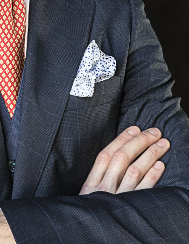 Manners Torrequebrada, el equilibrio entre lo clásico y lo moderno, una forma diferente de vestir la moda masculina, pañuelos para el hombre de hoy